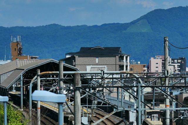 双ヶ丘立体交差高架橋から見る大文字山の写真