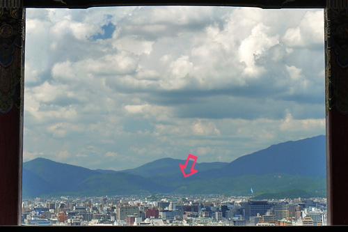 昼間に清水寺境内から見た鳥居形