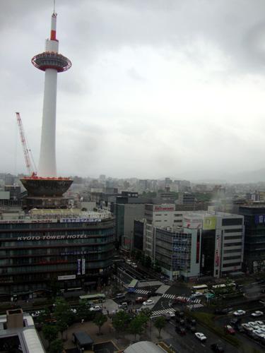 京都駅ビル空中経路から京都タワー
