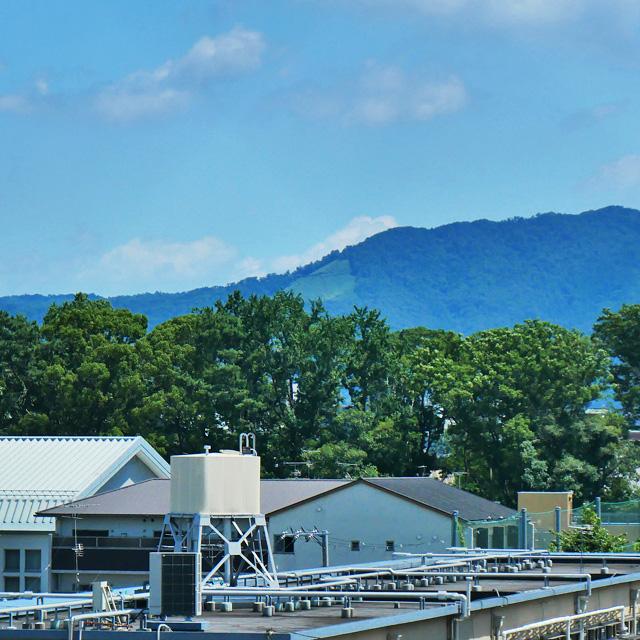 ライフ二条駅前店から五山送り火の山の写真