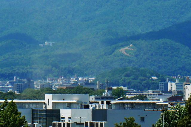 吉田神葬墓地で五山送り火